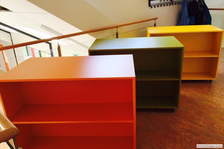 Boekenkastjes in alle kleuren van de regenboog